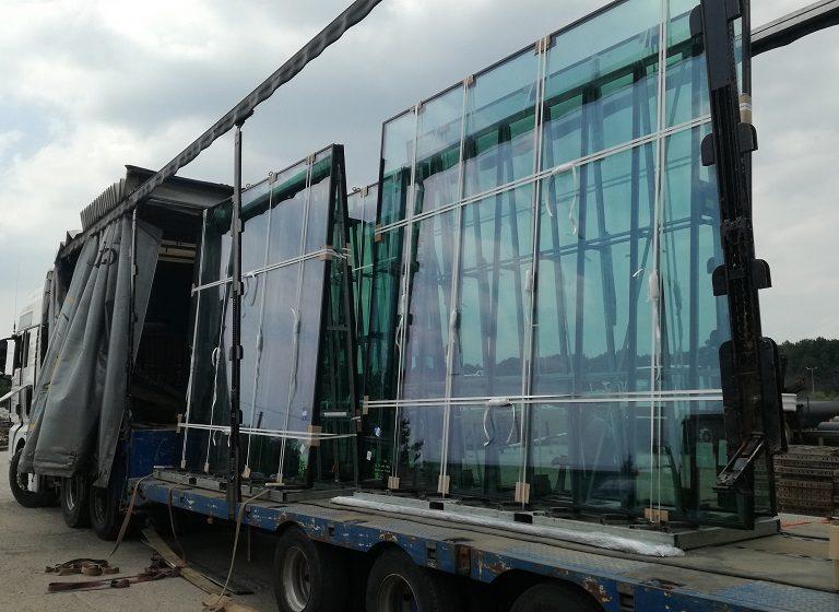 Jak bezpiecznie przewieźć szkło w rozmiarze XXL? – Go Logis organizuje ponadnormatywny transport szyb